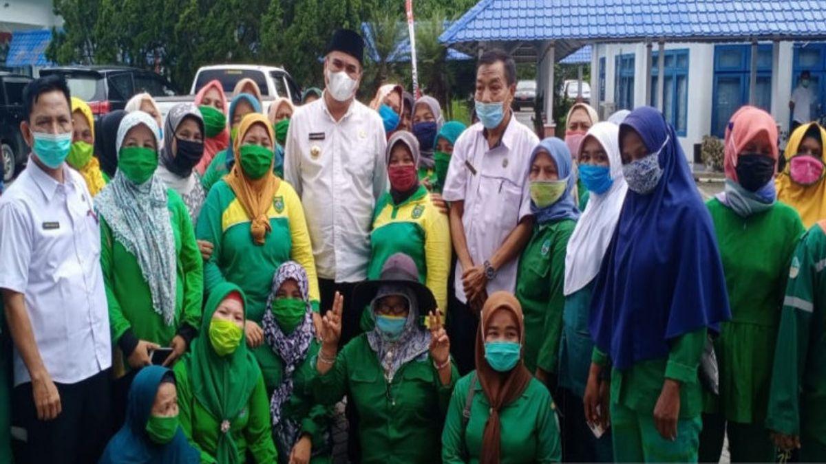 Patut Dicontoh, Bupati Mandailing Natal Serahkan Gajinya ke Warga Kurang Mampu