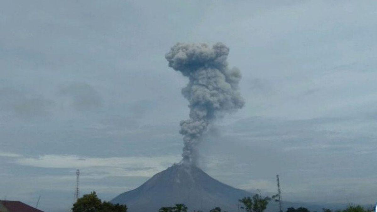 Gunung Sinabung Semburkan Abu Vulkanik Setinggi 2,8 Kilometer