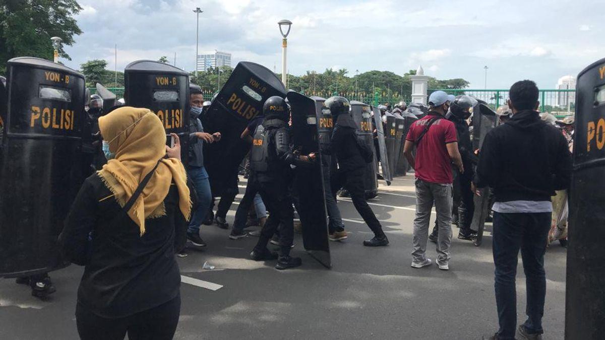 Polisi Tangkap Sejumlah Orang Berbaju Koko Putih yang Ikut Demo Pembebasan Rizieq Shihab
