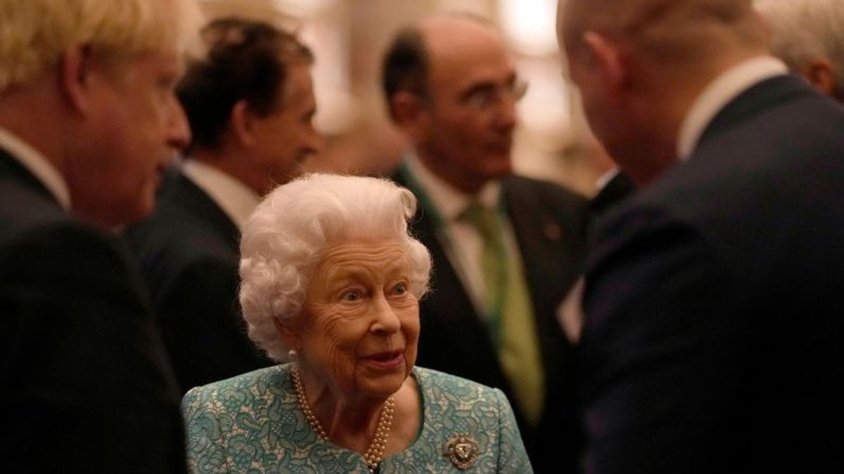After Meeting Bill Gates, Queen Elizabeth Was Asked To Rest By Doctors