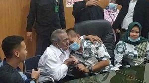 Kasus Anak Gugat Ayah Rp3 miliar di Bandung Berakhir Damai dengan Pelukan dan Tangisan
