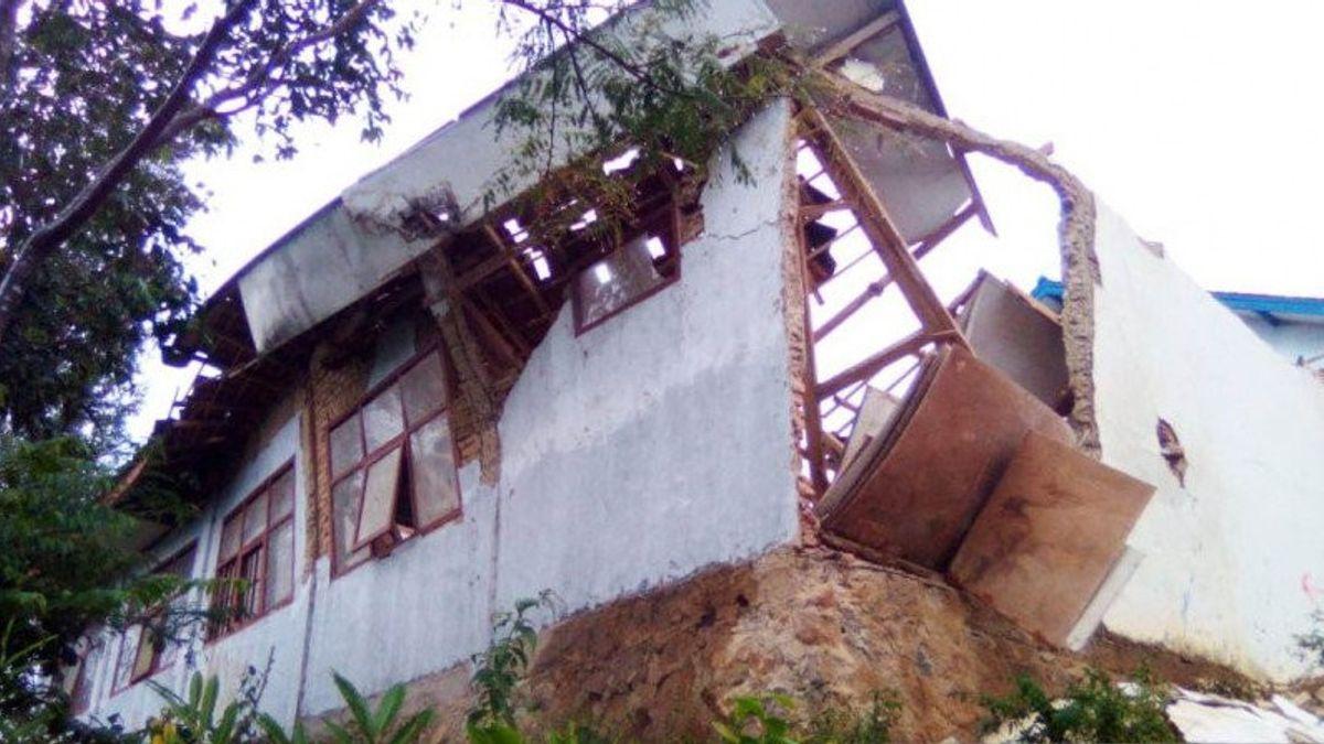 Jembatan Gantung hingga Gedung SMP di Desa Cibuluh, Cianjur Rusak Dihantam Longsor