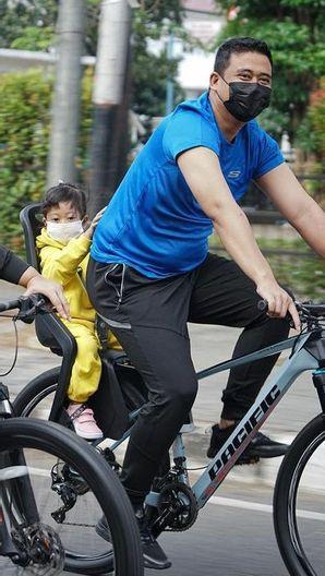 Bahagianya Wali Kota Bobby saat Bersepeda Keliling Medan dengan Anak-Istri