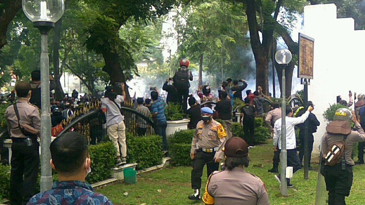 Demo di Medan Ricuh, Kaca-kaca Gedung DPRD Sumut Pecah Dilempar Batu