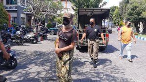 Bisnis Bangkrut karena COVID-19, Bule Italia Terlantar dan Mengemis di Kuta Bali