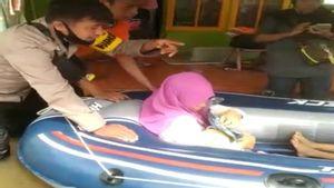 <i>Alhamdulillah</i>, Wanita Hamil Sukses Dievakuasi Gunakan Perahu Karet dari Banjir Kalsel