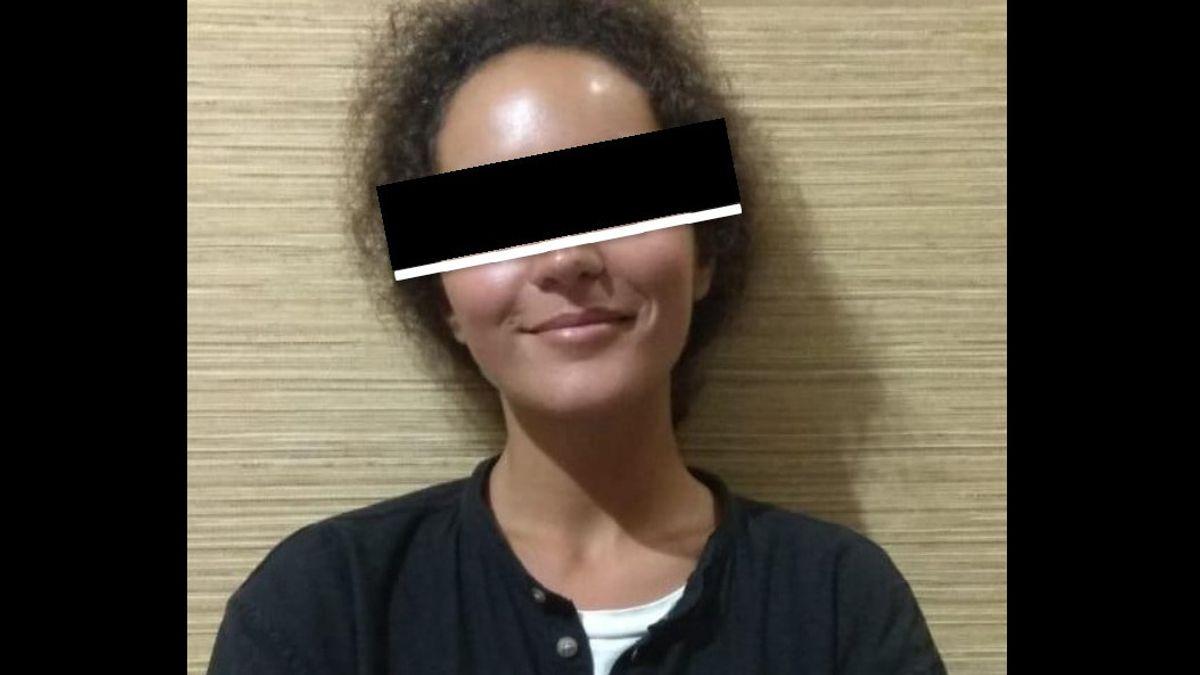 Bule Perempuan Malah Tersenyum Difoto Polisi, Padahal Ditangkap karena Bawa Surat Swab Palsu di Bali